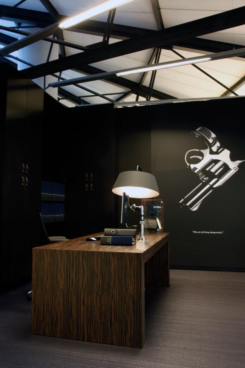 The Art Of living Dangerously. Visual with gun, kantoor Sugar City Halweg.